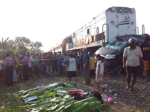 Mobil Avanza Terbarak Kereta Api, 4 Orang TewasDitempat